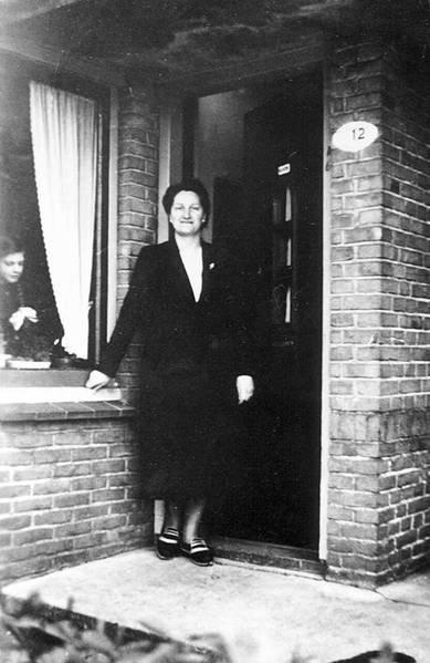 Lien Viëtor-Schuur met haar dochter Coby voor de woning Julianastraat 12.