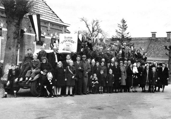 In de rubriek 'Uit de Oude doos' een foto van de buurtvereniging Spekstoep, gemaakt in 1946.