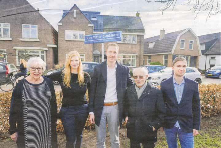 Coby Viëtor poseert met haar kleinkinderen Manon Wolters, Steffan Edelenbos en Thomas van der Graaf. Tweede van rechts staat David Rosenberg, vroeger woonachtig in Beilen. Hij overleefde de oorlog door onder te duiken (Dagblad van het Noorden, 13 maart 2018; foto Jaspar Moulijn).